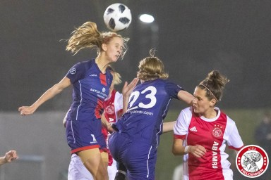 26-01-2018: Voetbal: Vrouwen Ajax v vv Alkmaar: Amsterdam eredivisie vrouwen Sportpark de toekomst seizoen 2017-2018 L-R Katja Snoeijs of VV Alkmaar, Niekie Pellens of VV Alkmaar, Merel van Dongen of Ajax