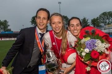 Ajax vrouwen winnen de beker 2018-2019 Benno Nihom trainer of Ajax, Lois Oudemast of Ajax (captain), Marjolijn van den Bighelaar of Ajax met beker