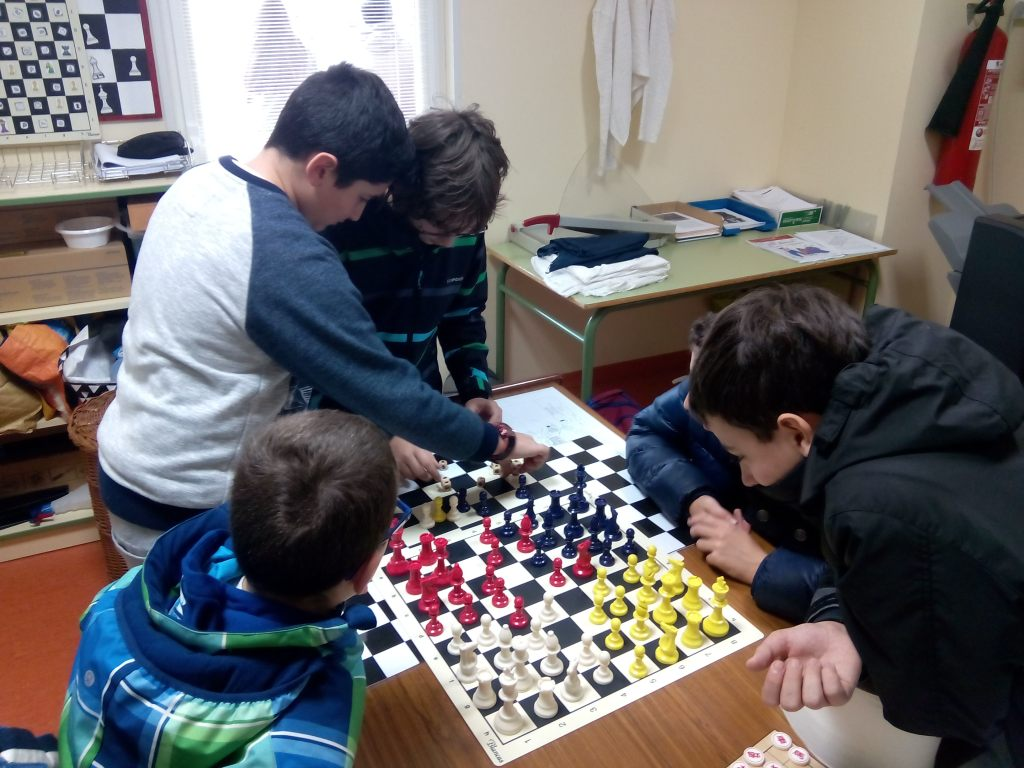 Jugando al Parchess: ajedrez y parchís