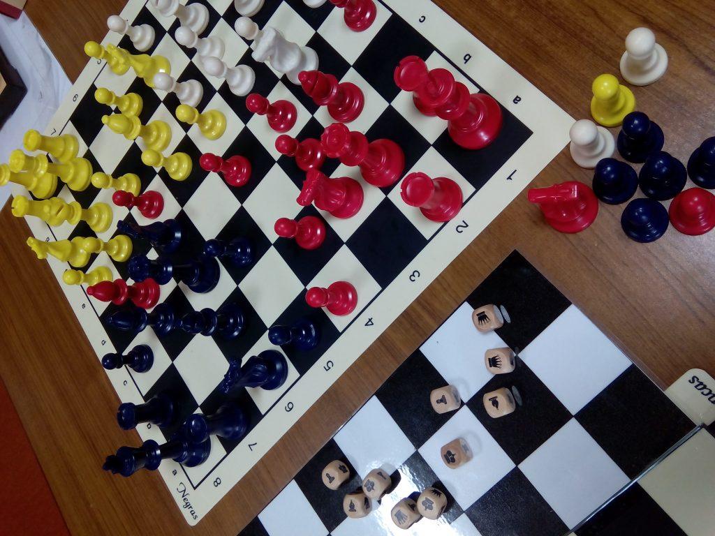 Piezas y dados del Parchess: ajedrez y parchís