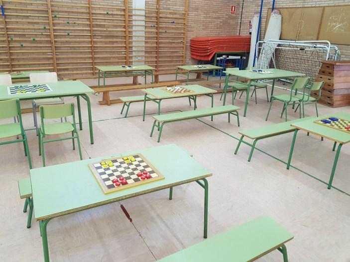 Colocados en un tablero de ajedrez 8 tapones de plástico colocados en dos grupos de 4.