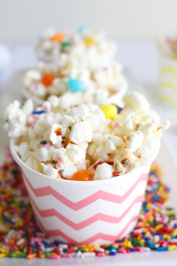 Yummy and easy white chocolate caramel Easter popcorn | A Joyful Riot