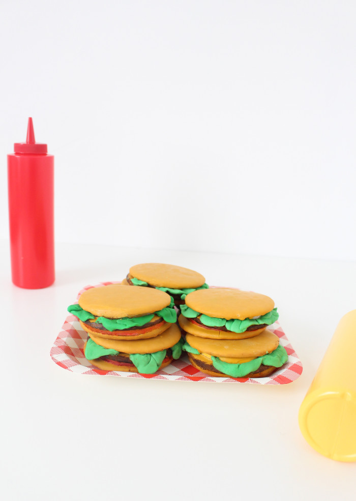 Make moon pies look like burgers perfect for summer parties, bbqs, fathers day, birthdays! So fun and clever and simple