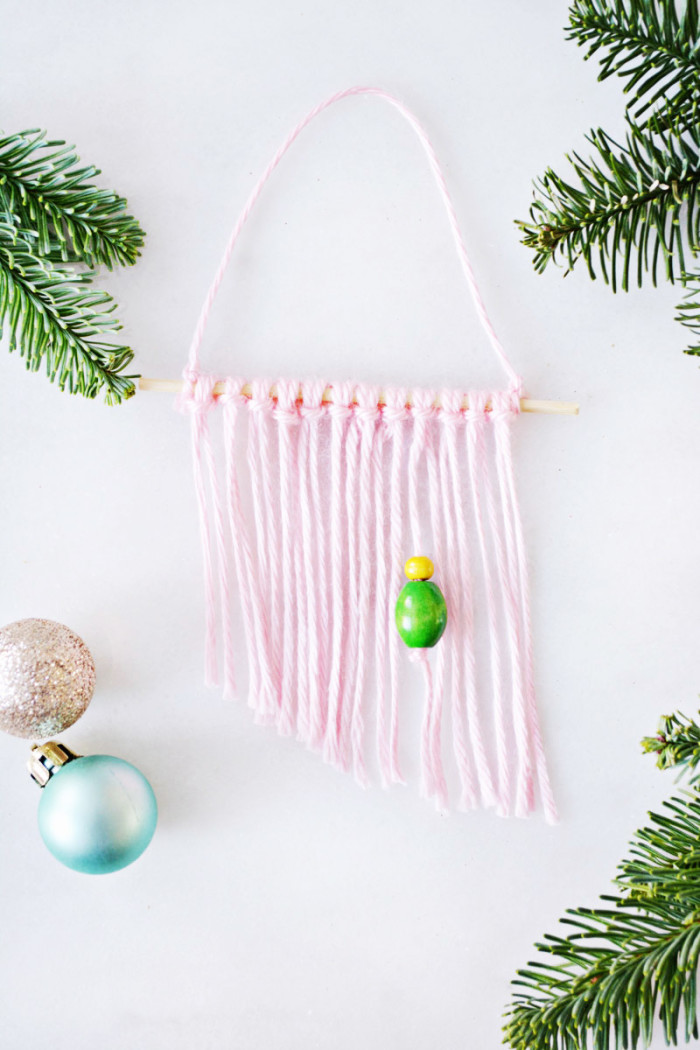 Make mini wall hangings from cute yarn for trendy little ornaments this year! @ajoyfulriot ajoyfulriot.com