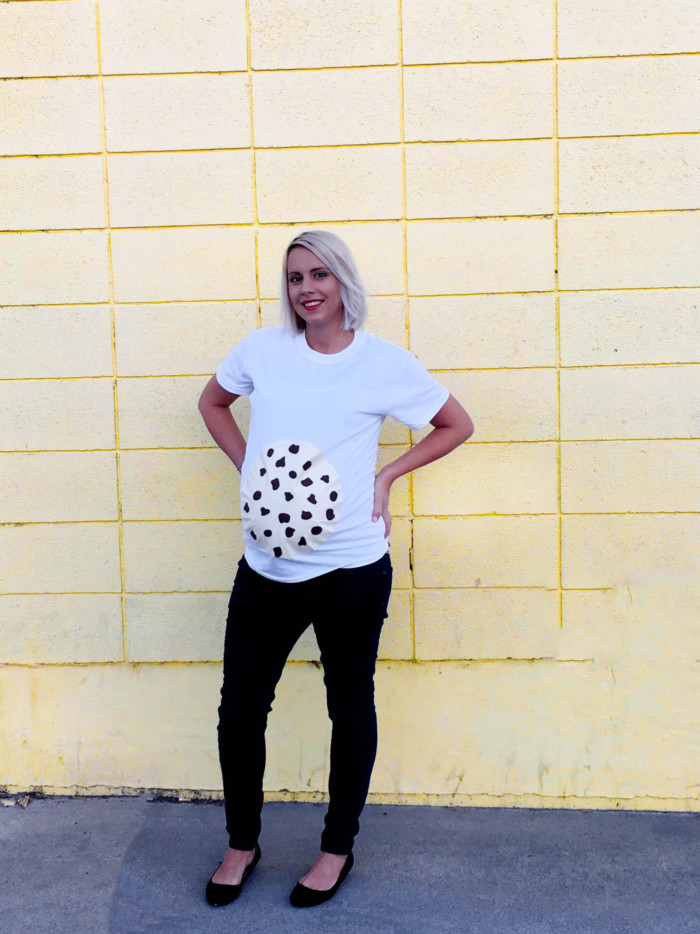 DIY chocolate chip cookie belly easy maternity costume. Just a shirt and felt. Free templates in post! | A Joyful Riot