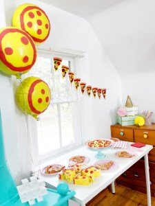 A DIY pizza party perfect for family night and kids of all ages. Giant pizza cookie, pizza garland and pizza pinatas