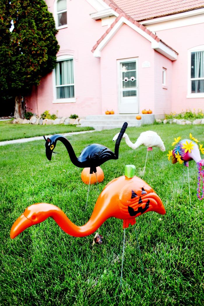 DIY lawn flamingos in halloween costumes halloween lawn flamingos