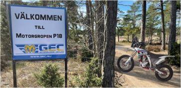 Bild med AJP PR7 motorcykel vid Motorgropen P18 utanför Visby