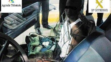صورة رجل حول نفسه الى كرسي سيارة ليجتاز الحدود الاسبانية … لكن الشرطة اكتشفته