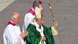 صورة البابا بندكتوس يضيف اللغة العربية لعظة الفاتيكان الأسبوعية