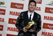 صورة ميسي سعيد بحذائه الذهبي الثالث