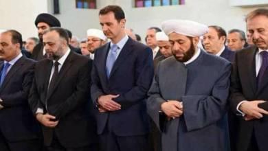 صورة الأسد يؤدي صلاة العيد قرب جيب سابق لداعش