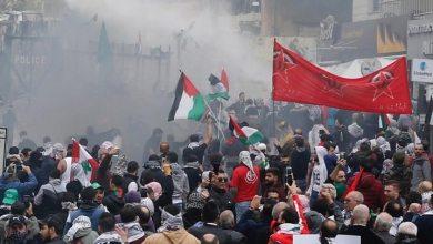 صورة مواجهات بين المتظاهرين  وقوات الامن اللبنانية أمام السفارة الأميركية في بيروت