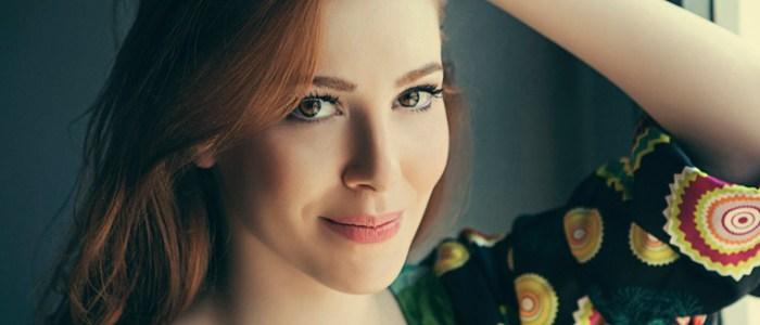 الممثلة التركية إلتشين سانجو تخطف الأنظار في حفل مهرجان ضيافة بدبي