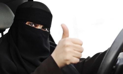 """سعودي يعلم سقيقته السواقة بطريقة عفوية وفكاهية """"تخيلي نفسك مشلولة""""!"""