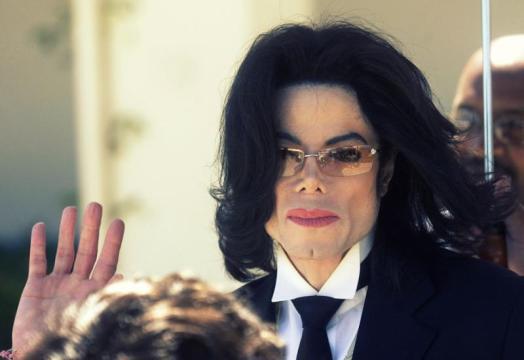 طبيب مايكل جاكسون يوجه اتهاما خطيرا لوالده
