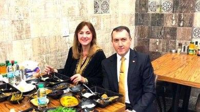 """صورة بالصورة.. السفير التركي مع زوجته في احد مطاعم الكرادة لتناول وجبة """"فلافل""""!"""