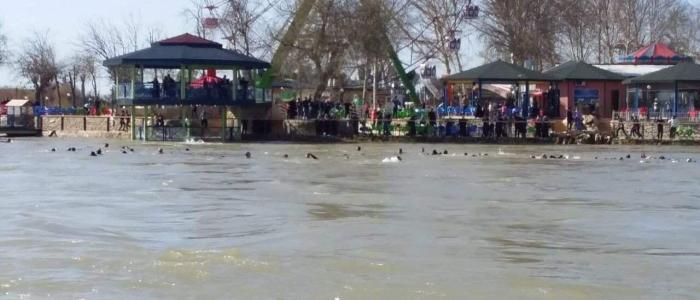 بالصور.. غرق عبارة في متنزه سياحي بجزيرة الموصل