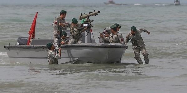 """بحرية """"الحرس الثوري"""" تتصدى لزوارق حربية اماراتية"""