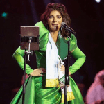 أصالة في السعودية وسيل من الانتقادات بسبب فستانها وصورة الملك