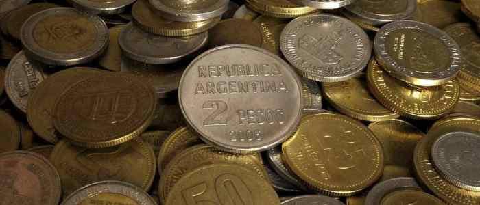 """بعد انهيار البيزو.. الأرجنتين """"تقيد"""" سوق العملات الأجنبية"""