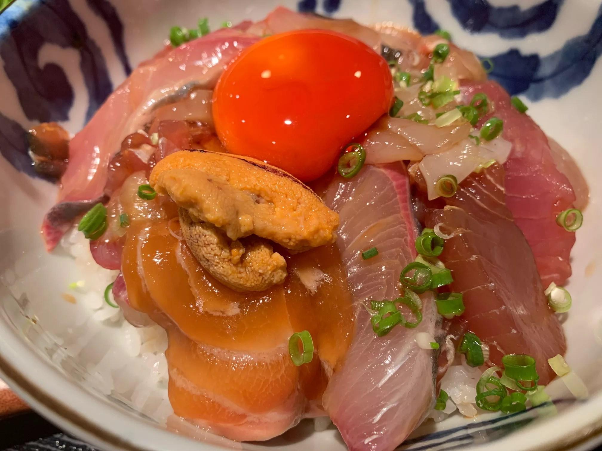 【名古屋グルメ】めしの助(贅沢に漬け卵で食べる海鮮丼が美味しい人気店)