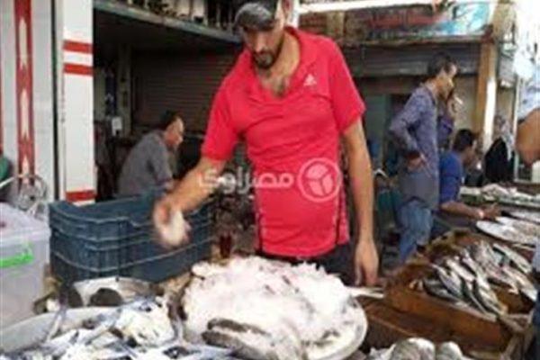 """كيف أثر """"كورونا"""" على سوق الأسماك مع اقتراب العيد؟"""