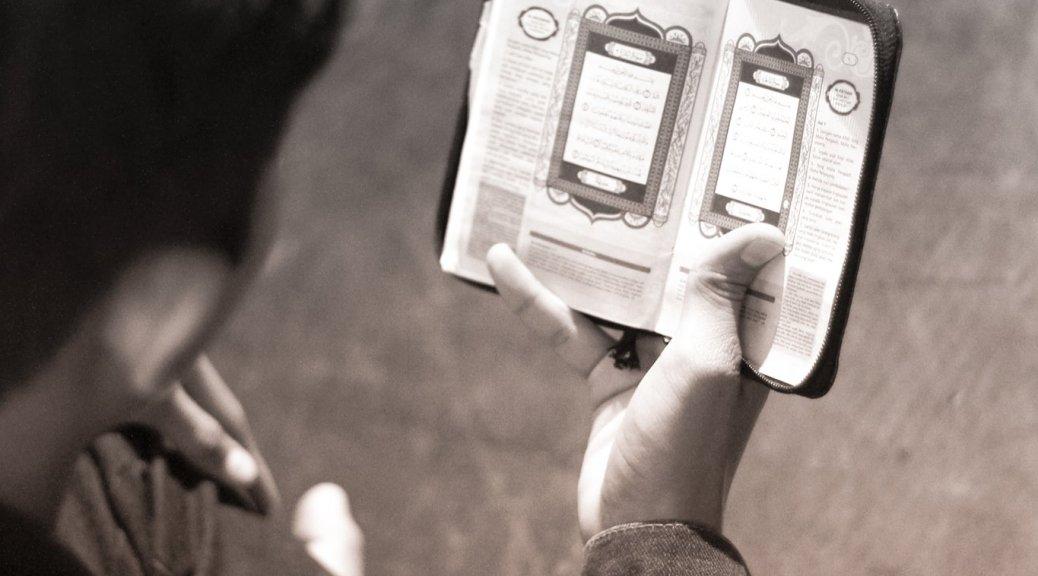 Ternyata Inilah Penyebab Kita Tidak Bisa Menangis Saat Membaca Al-Qur'an