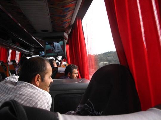 otobüs köprüden geçerken son kez boğaza bakan iran yolcuları- önümüzdeki amca bize ilk tarçınlı çayımızı ikram etti