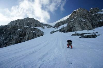 rota sağdaki pek rahat ve belirgin görünen kardan çıkıp kornişin altında dut gibi kalmayla sonlanacağına soldaki kayalara giriyor