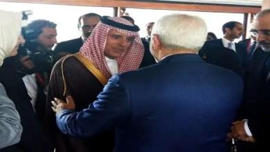 صورة الأولى منذ فترة طويلة وسط الخلافات الكبيرة بين البلدين .. ماذا علق وزير الخارجية الإيراني على مصافحة نظيره السعودي ؟