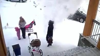 صورة طفلة تنقذ والدتها من كتلة ثلج ضخمة ( فيديو )