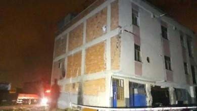 Photo of تركيا : إنقاذ عاملين سوريين احتجزا داخل مبنى ينهار ( فيديو )