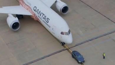 """Photo of سيارة كهربائية تدخل """" موسوعة غينيس """" عبر سحب طائرة عملاقة ! ( فيديو )"""