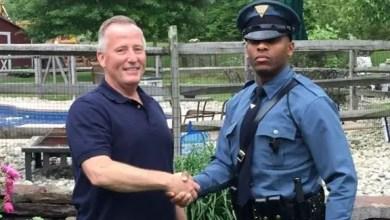 Photo of شرطي أمريكي يوقف سيارة لمخالفة مرورية .. فتبين أن سائقها ساعد في توليده