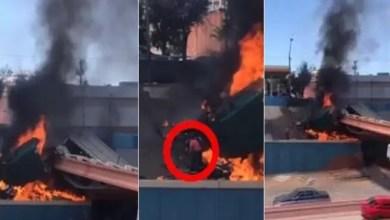 Photo of سائق أمريكي يخرج حياً من سيارته المشتعلة ! ( فيديو )