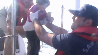 Photo of تركيا : غرق لاجئة و إنقاذ 14 سورياً كانوا يحاولون الوصول إلى اليونان ( فيديو )