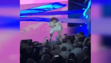 Photo of سقوط مغنية أميركية من المسرح أمام جمهورها ( فيديو )
