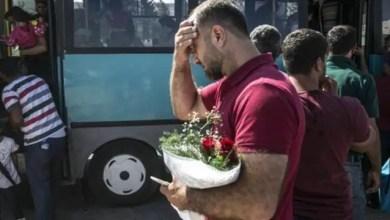 Photo of انتظرهم و هو يحمل الورود على مدار أسبوع .. مشهد مؤثر يظهر لقاء أب سوري بعائلته في تركيا بعد فراق لسنوات ( فيديو )