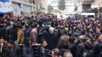 "Photo of تركيا : الشرطة تفرق آلاف السوريين المتجمهرين أمام مبنى جمعية للاجئين بعد انتشار شائعة عن "" إعادة التوطين في أوروبا "" ( فيديو )"