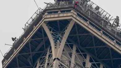 """Photo of باريس : إغلاق """" برج إيفل """" أمام السياح بسبب رجل حاول تسلقه ( فيديو )"""