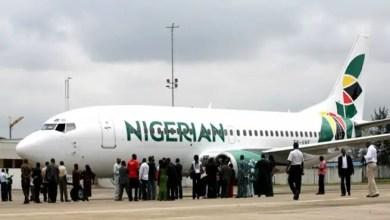 صورة في نيجيريا .. رجل يتسلق جناح طائرة و يحاول اقتحام قمرة القيادة ! ( فيديو )