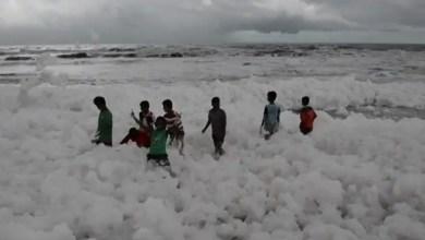 Photo of رغوة بيضاء غامضة تغطي أشهر شواطئ الهند ( فيديو )