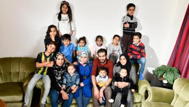 """Photo of """" رجل و ثلاث نساء و روتين يومي """" في ظل النقاش عن تعدد الزيجات .. ألمانيا : صحيفة تسلط الضوء للمرة الثانية على لاجئ سوري متزوج من 3 نساء و لديه 13 طفلاً"""