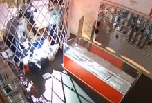 Photo of في كندا .. لص فاشل يسجن نفسه داخل محل هواتف ( فيديو )