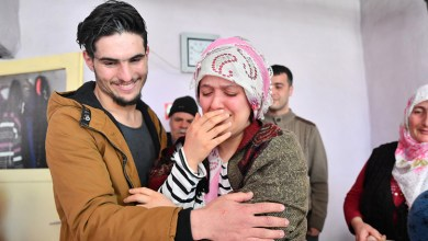 Photo of احتضنته باكية و وصفته بالبطل .. السيدة التركية الناجية من تحت أنقاض الزلزال تلتقي بالسوري الذي أنقذها ( فيديو )