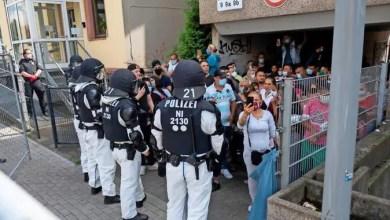Photo of مقيمون بالحجر الصحي يرشقون الشرطة الألمانية بأدوات منزلية و يصيبون بعضهم ( فيديو )