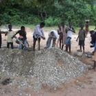 Alle Dorfbewohner helfen beim Tranport von Sand und Steinen (2009)