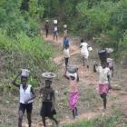 Alle Dorfbewohner helfen beim Transport von Kies und Zement (2009)