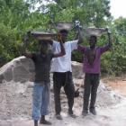 Transport von Kies und Zement auf dem Kopf (2009)